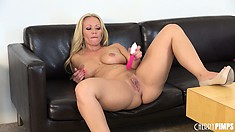 Ultimate blonde mom, Austin Taylor puts on the ultimate solo show